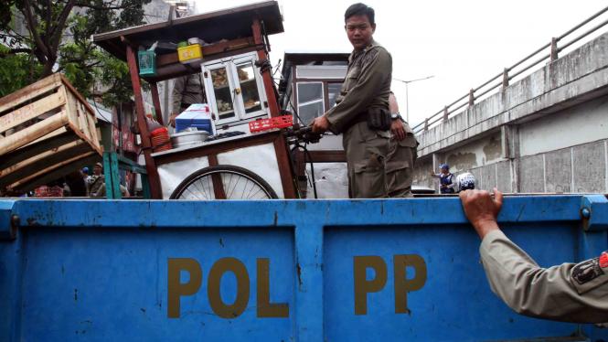 Petugas Satpol PP angkut gerobak PKL (foto ilustrasi).
