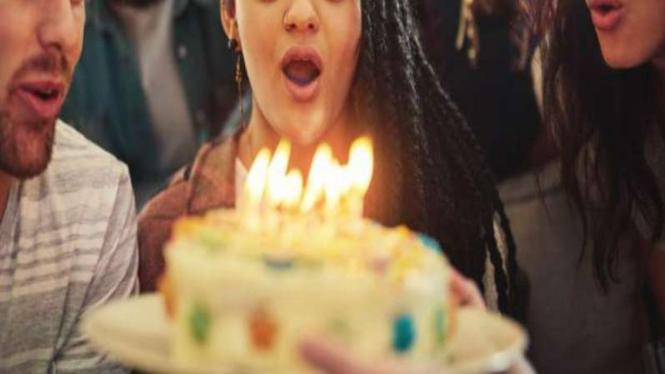 Ilustrasi meniup kue ulang tahun