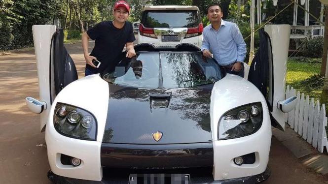 Raffi Ahmad dan mobil mewah.