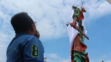 Patung Dewa Perang Kongco Kwan Sing Tee Koen setinggi 30,4 meter di Tuban, Jawa Timur, ditutup dengan kain menyusul protes dari masyarakat pada Minggu, 6 Agustus 2017.