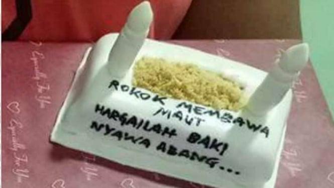Suami Perokok Berat Istri Berikan Kue Tart Bentuk Kuburan