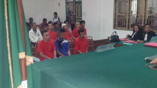 Tiga terdakwa kasus narkotika mendengarkan majelis hakim Pengadilan Negeri Medan, Sumatera Utara, membacakan putusan dalam sidang pada Selasa, 8 Agustus 2017.