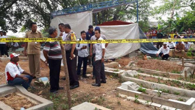 Makam Muhammad Al Zahra, pria yang dikeroyok dan dibakar gara-gara dituduh mencuri amplifier musala, dibongkar oleh tim forensik polisi pada Rabu, 9 Agustus 2017.