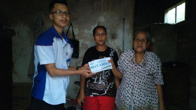 Nenek Nuryanah menerima bantuan biaya hidup.