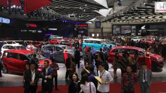 Pengunjung suatu pameran mobil di Tangerang beberapa waktu silam.