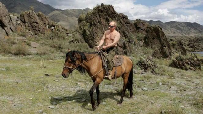 Presiden Rusia Vladimir Putin menunggangi kuda dalam agenda liburannya beberapa waktu lalu.