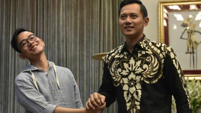 Putra Presiden Joko Widodo, Gibran Rakabuming Raka, berjabat tangan dengan Agus Harimurti Yudhoyono di Kompleks Istana Kepresidenan, Jakarta, Kamis (10/8/2017).