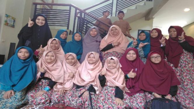 Nuri Maulida bersama anak-anak yatim di Lampung.
