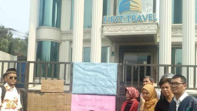Calon jemaah segel kantor First  Travel di Depok