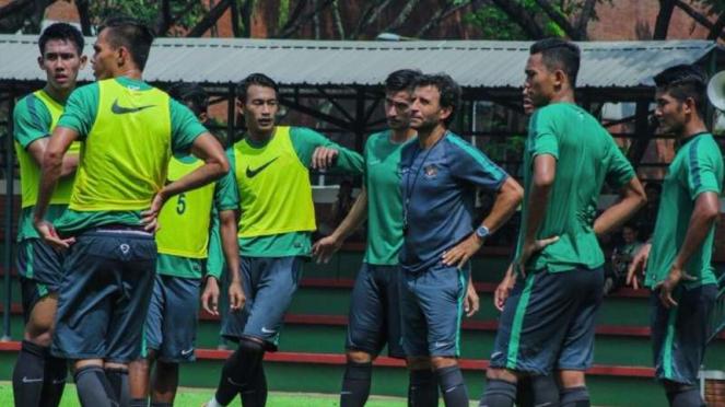 Pelatih Timnas Indonesia U-22, Luis Milla Aspas (ketiga dari kanan)