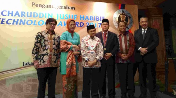 Ibnu Susilo (ketiga kanan) meraih Penghargaan BJ Habibie Award.