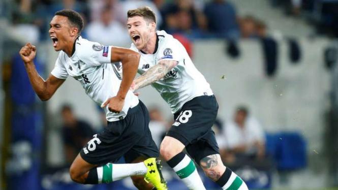 Bintang muda Liverpool Trent Alexander-Arnold (kiri) saat rayakan gol.