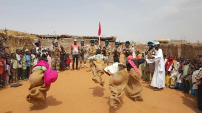 FPU 9 Indonesia Rayakan HUT RI Bersama Anak-anak Pengungsi di Sudan
