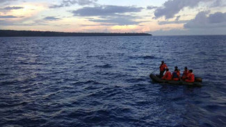 Pencarian penumpang kapal oleh Basarnas.