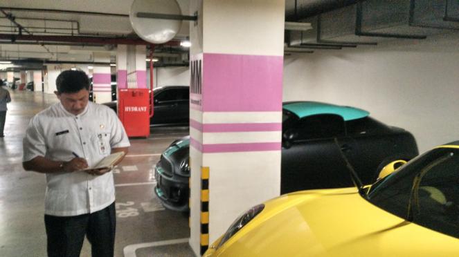 Petugas mendata mobil-mobil mewah yang ada di Apartemen Regatta.