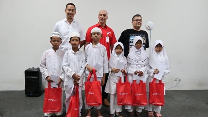 Segenap direksi VIVA.co.id bersama perwakilan anak-anak yatim.