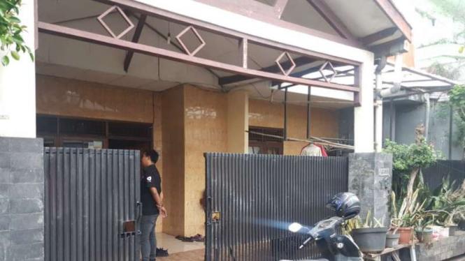 Rumah yang diguyur hujan langka di Tebet, Jakarta Selatan, beberapa hari lalu.