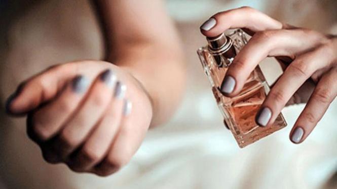 Ilustrasi memakai parfum.