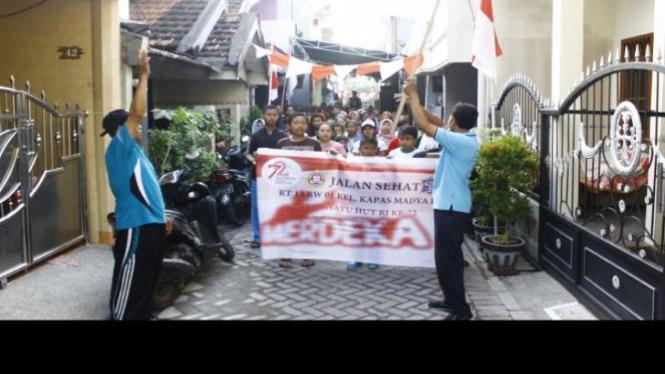 Pelepasan Jalan Sehat oleh Ketua RW01 didampingi oleh Ketua RT13.