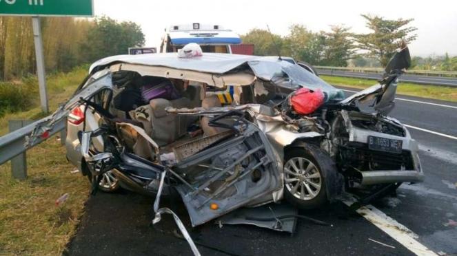 Kondisi mobil Suzuki Ertiga yang terlibat kecelakaan maut di ruas Tol Palikanci Cirebon, Sabtu (2/9/2017).