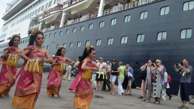 Penari tradisional Bali menyambut penumpang kapal pesiar MS Volendam.