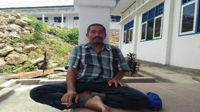 Pak Parmin, penjaga kampus di Mamuju, Sulawesi Barat.