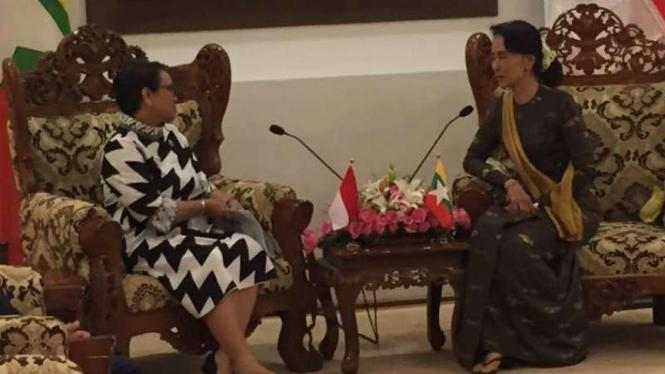 Menlu Retno Marsudi bertemu dengan Aung San Suu Kyi membahas krisis Rohingya, 4 September 2017.