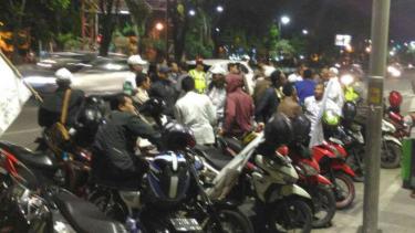 Massa FPI pendukung Alfian Tanjung di Polda Jatim