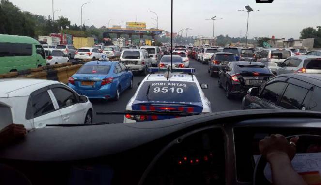Mobil polisi kawal bus TransJabodetabek