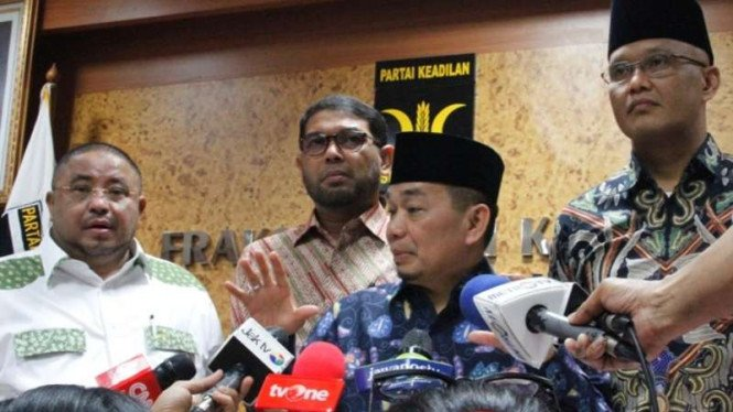 Ketua Fraksi PKS Jazuli Juwaini (tengah).