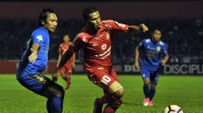 Pemain Semen Padang, Vendry Mofu, saat hadapi Persib Bandung