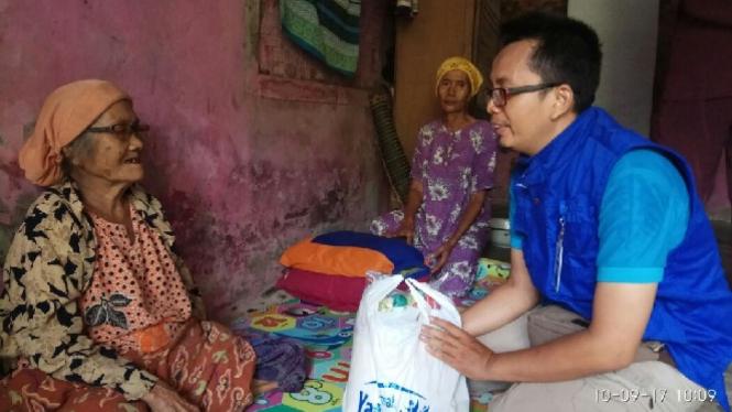 Pemberian bantuan sembako untuk para lansia dan anak yatim.