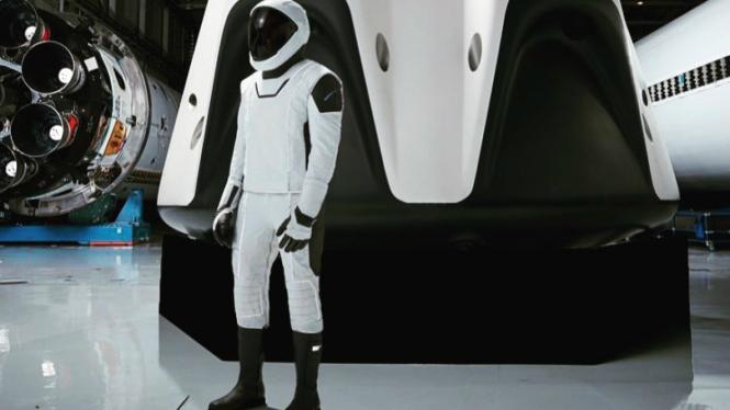 Tampilan penuh desain baju astronot NASA dan SpaceX.