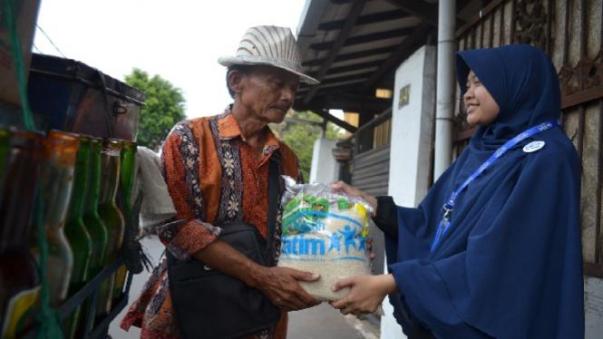 Pak Abdurrahman saat menerima bantuan.