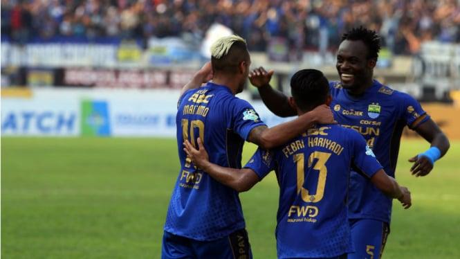 Pemain Persib Bandung, Michael Essien, merayakan gol bersama rekan-rekannya.