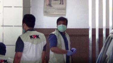 Penyidik KPK melakukan penggeledahan