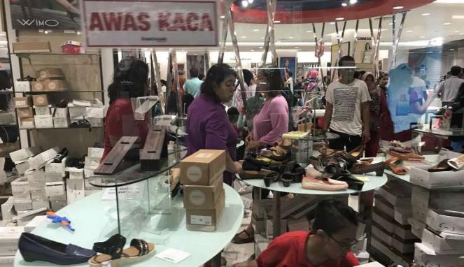 Pengunjung memilih barang di dalam gerai Matahari, Pasaraya, Manggarai.