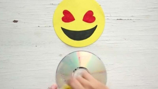 Daur Ulang CD Bekas jadi Dekorasi Dinding Emoji – VIVA ef9657e948