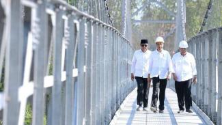 Presiden Jokowi dan Menteri Pekerjaan Umum dan Perumahan Rakyat Basuki Hadimuldjono saat meninjau proyek jembatan gantung di Magelang, Senin (18/9/2017)