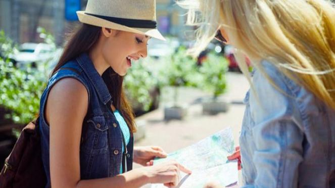Ilustrasi wanita ingin traveling.