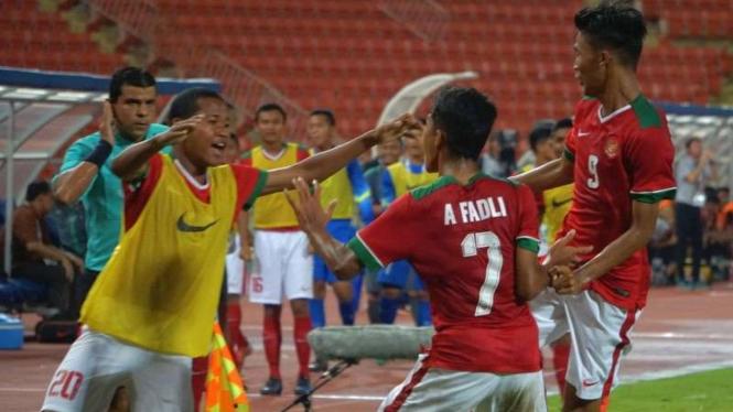 Para pemain Timnas Indonesia U-16 merayakan kemenangan atas Thailand U-16