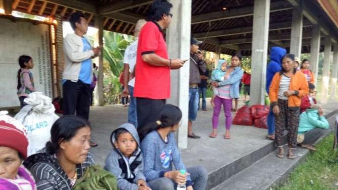 Pengungsi Gunung Agung di tempat evakuasi.