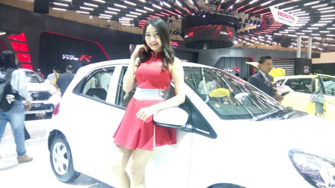 Lora Rayhan, mahasiswi cantik ini ketagihan jadi SPG otomotif.