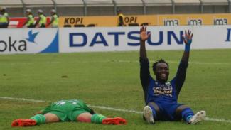 Gelandang Persib Bandung, Michael Essien (kanan).