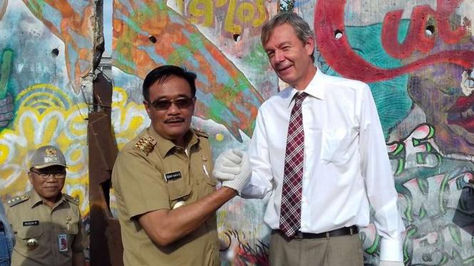 Gubernur DKI Jakarta, Djarot S Hidayat dan Teguh Othenrik di depan tembok Berlin