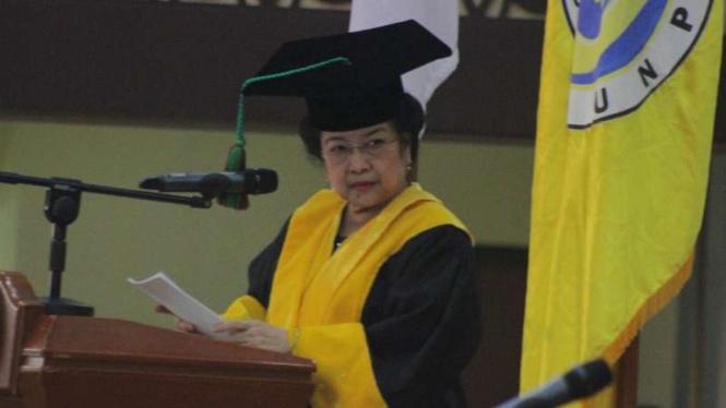 Megawati Soekarnoputri menerima gelar doktor kehormatan atau honoris causa bidang politik dan pendidikan dari Universitas Negeri Padang pada Rabu, 27 September 2017.