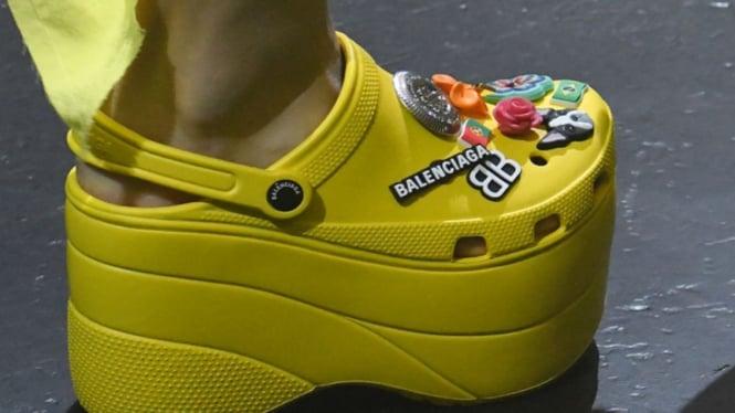 Sepatu Crocs kolaborasi dengan Balenciaga aa9e575a4b