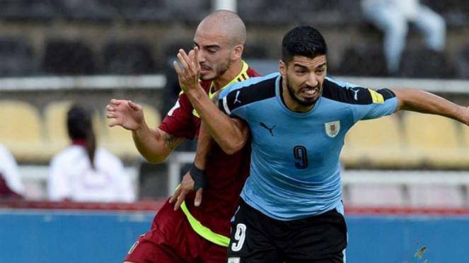 Striker Uruguay, Luis Suarez (kanan) saat berhadapan dengan Venezuela