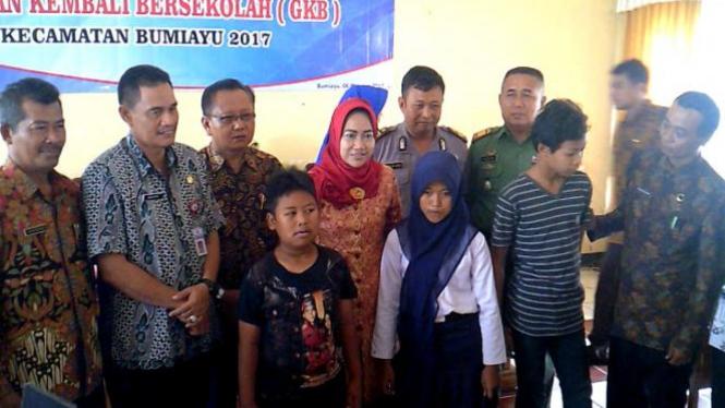 Bupati Brebes, Hj. Idza Priyanti SE berfoto bersama jajaran Fokompinda dan anak putus sekolah.