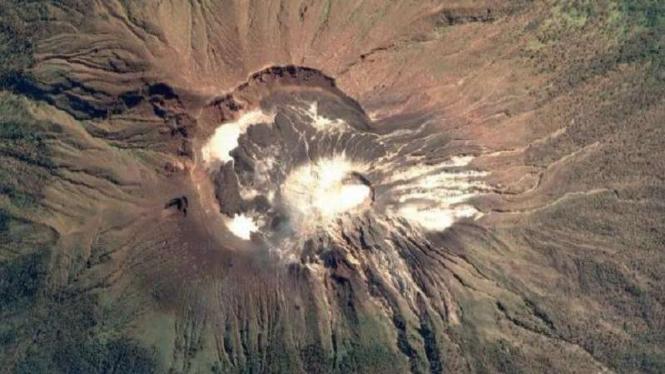 Kondisi kawah Gunung Ile Lewotolok di NTT.